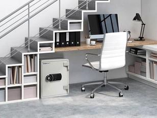 Coffre-fort placé sous un bureau à la vue de tous