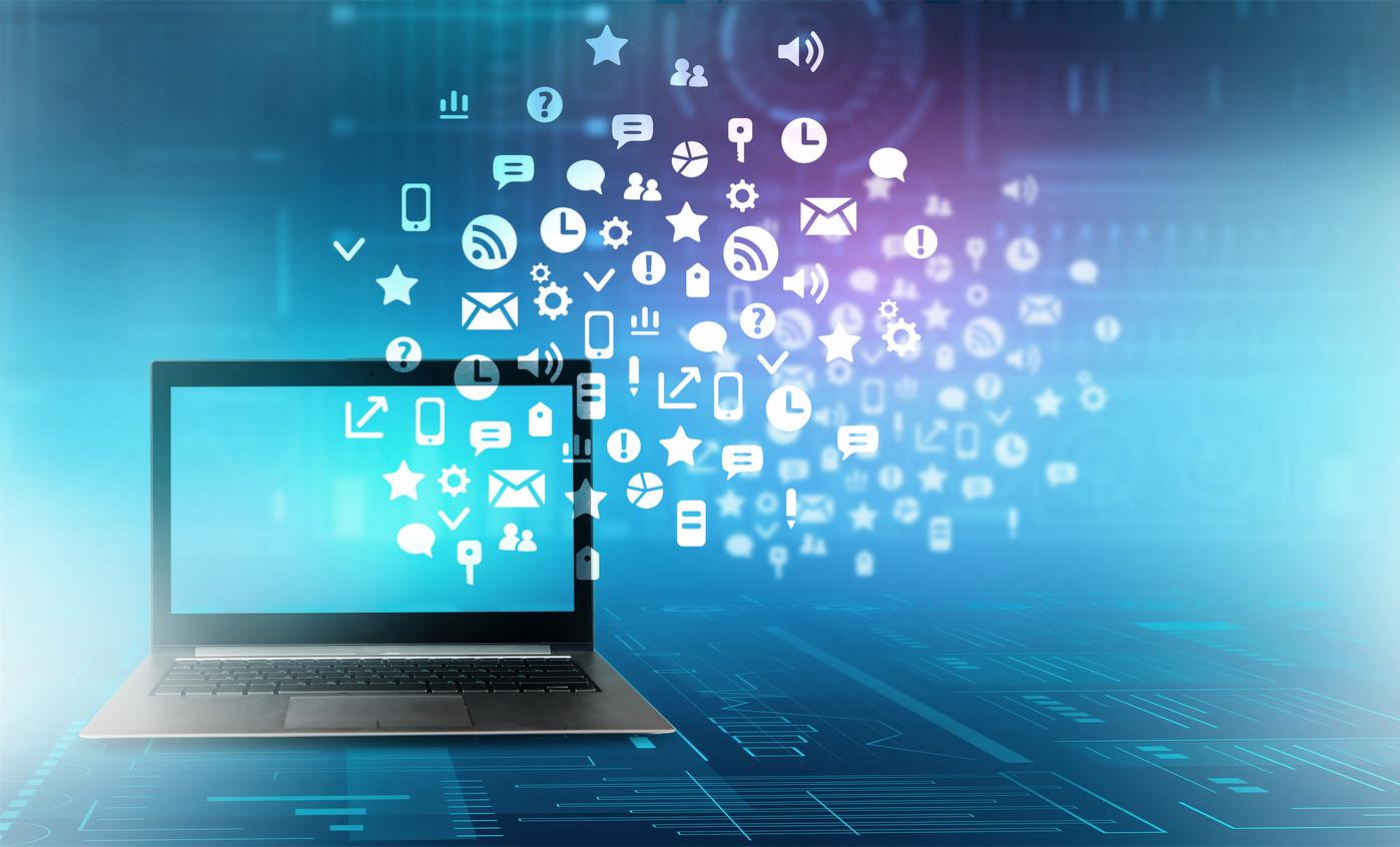 Coffre-fort numérique fond bleu avec logos blancs et ordinateur posé