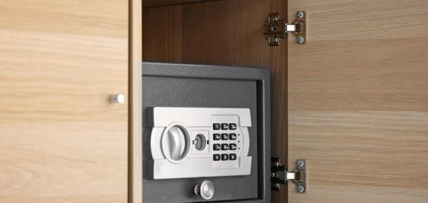 Coffre-fort discret dans une armoire